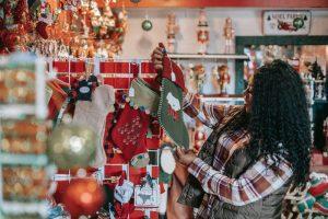 seorang wanita sedang berbelanja kebutuhan natal saat bazaar berlangsung